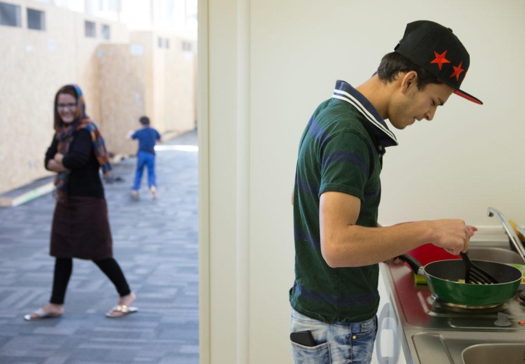 Seit drei Monaten wohnen in der Messehallte 9 in Oerlikon 250 Asylsuchende in eigens für sie konstruierten Holzhütten und warten auf ihren Asylentscheid. (Foto: Sabina Bobst)