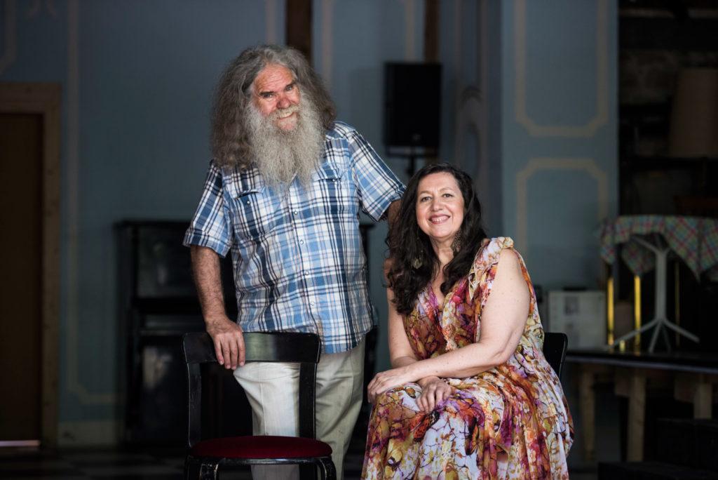 """Gabriela Bergallo und ihr Mann Nicola Di Capua haben das """"Teatro di Capua"""" in Embrach aufgebaut. Die Fotos enstanden am 15.8.2016 in der zum Theatersaal umgebauten Scheune. (Kostenpflichtig / Thomas Egli)"""