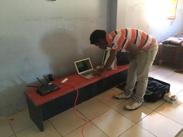 Timothy travaillant en Equateur
