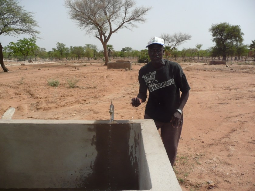 Mr Daåffourou Tembine bois avec joie Merci la Fondation Tandana