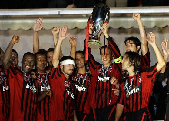 2007 UEFA Süper Kupası kaptan Ambrosini'nin ellerinde