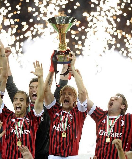2011 İtalya Serie A Kupası kaptanın ellerinde