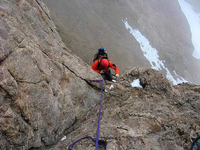 Terminando la escalada para salir al filo del terror.