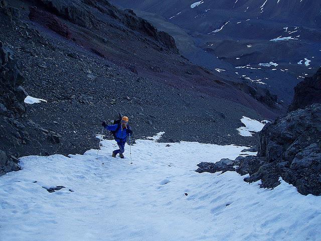 Subiendo el Cabeza de Novillo con una salida del DAV por la poca nieve que permitía subir.