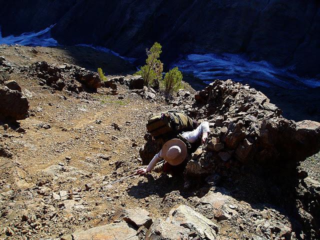 Henry agarrándose de donde podía para no resbalar en ese terreno horripilante. Un tiempo después entramos por otro lado e hicimos esta hermosa ruta alpina.