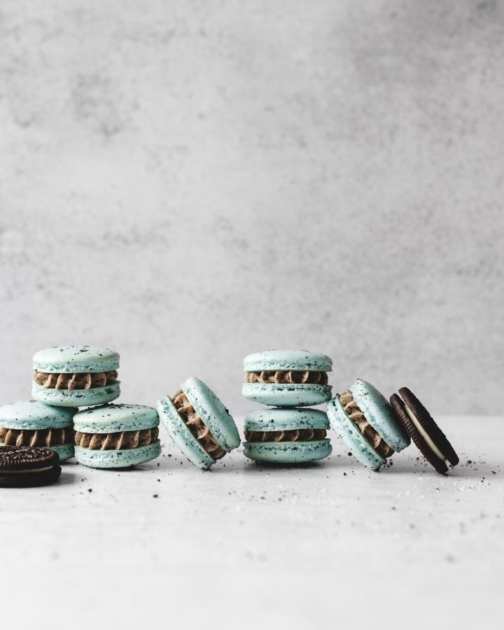Side view of oreo macarons lined up against each other
