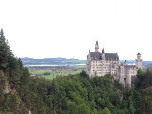 シュヴァンシュタイン城は、はロマンティック街道の終点として、人気の観光スポットになっています。「ノイ」 はドイツ語で「新しい」、「シュタイン」は「石」という意味です。ドイツの城館に本来は必ずあるべき小聖堂や墓地がないので、世界遺産には登録されていません。