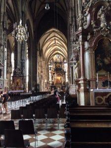 この聖堂を含むリングと呼ばれるウィーン歴史地区は2001年にユネスコの世界遺産に登録されました。ハプスブルク家の歴代君主の墓所であるほか、ヴォルフガング・アマデウス・モーツァルトとコンスタンツェ・ウェーバーの結婚式が行われた聖堂です。
