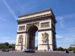 ナポレオン一世の軍事勝利を語るモニュメント。 凱旋門の周囲はロータリーになっていて、地下道を通って凱旋門へ渡ります。 それを知らずロータリーを強引に横切っている人がいて、私も横切ると、車が近づいて来て、「クレイジー」と吐き捨てられました。