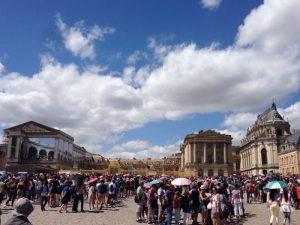 人を撮ってるのか宮殿を撮ってるのか判らなくなる程、大勢の観光客でいっぱいでした。 ルイ14世が建造した宮殿。フランス絶対王政の象徴的建造物ともいわれる。ルイ14世をはじめとした王族と、その臣下が共に住んでいました。