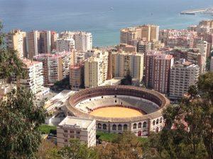 スぺインのマラガに、高層ビルに囲まれて闘牛場がありました。海は地中海です。