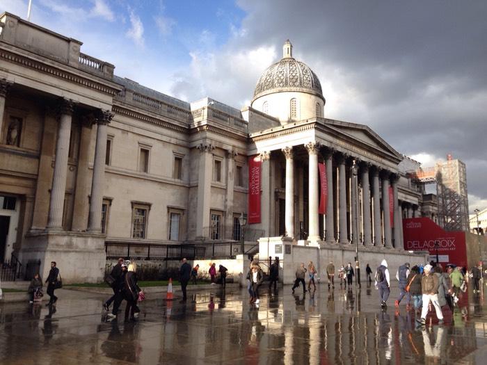 ナショナルギャラリーは、1824年に設立され、13世紀半ばから1900年までの作品2,300点以上を所蔵しています。コレクションの基礎が王室や貴族のコレクションの由来ではないという点で、ヨーロッパでもあまり例のない美術館です。コレクションの基礎となったのは、保険ブローカーで美術後援家だったジョン・ジュリアス・アンガースタイン が収集していた38点の絵画で、初期のコレクションは個人からの寄付によって、チャールズ・ロック・イーストレイク をはじめ、その当時の館長たちが購入したものが3分の2を占めていました。 入場料は無料です。
