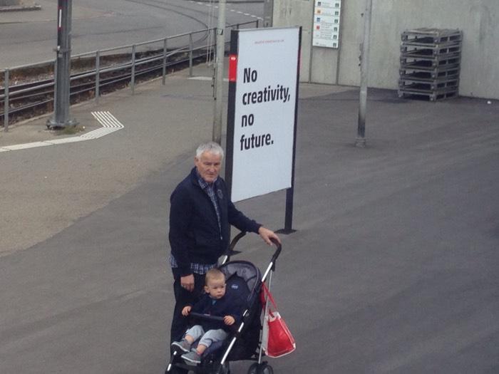 「創造が無ければ、未来はない」。 ー チューリッヒの看板 ー