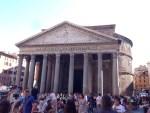 世界遺産。 人気の観光名所。ここも大勢の観光客で賑わってました。 最初のパンテオンは紀元前25年、初代ローマ皇帝アウグストゥスの側近マルクス・ウィプサニウス・アグリッパによって建造。その後、焼失し、118年から128年に掛けて、ローマ皇帝ハドリアヌスによって再建されました。 もともとは、様々なローマ神を奉る万神殿だったそうです。 Wikipedia引用。