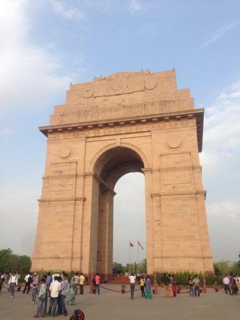 パリのエトワール凱旋門を基にエドウィン・ラッチェンスによって設計された門型のモニュメントで、第一次世界大戦で戦死したイギリス領インド帝国の兵士(約8万5千人)を追悼するために造られました。 高さ42mのアーチには、第一次大戦で戦死したインド人兵士の名が刻まれています。東西に伸びるラージパト通りの東端はインド門、西端は大統領官邸となっています。永遠の火という火が灯されています。