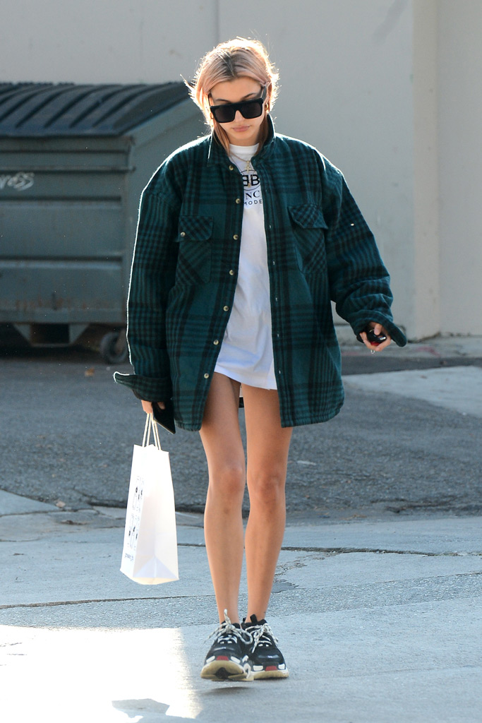 Hailey Baldwin con ugly shoes sneakers THE-ARE
