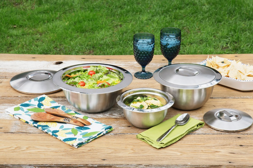 Hot and cold salads stay fresh on a picnic table thanks to Oggi's insulated bowls & lids