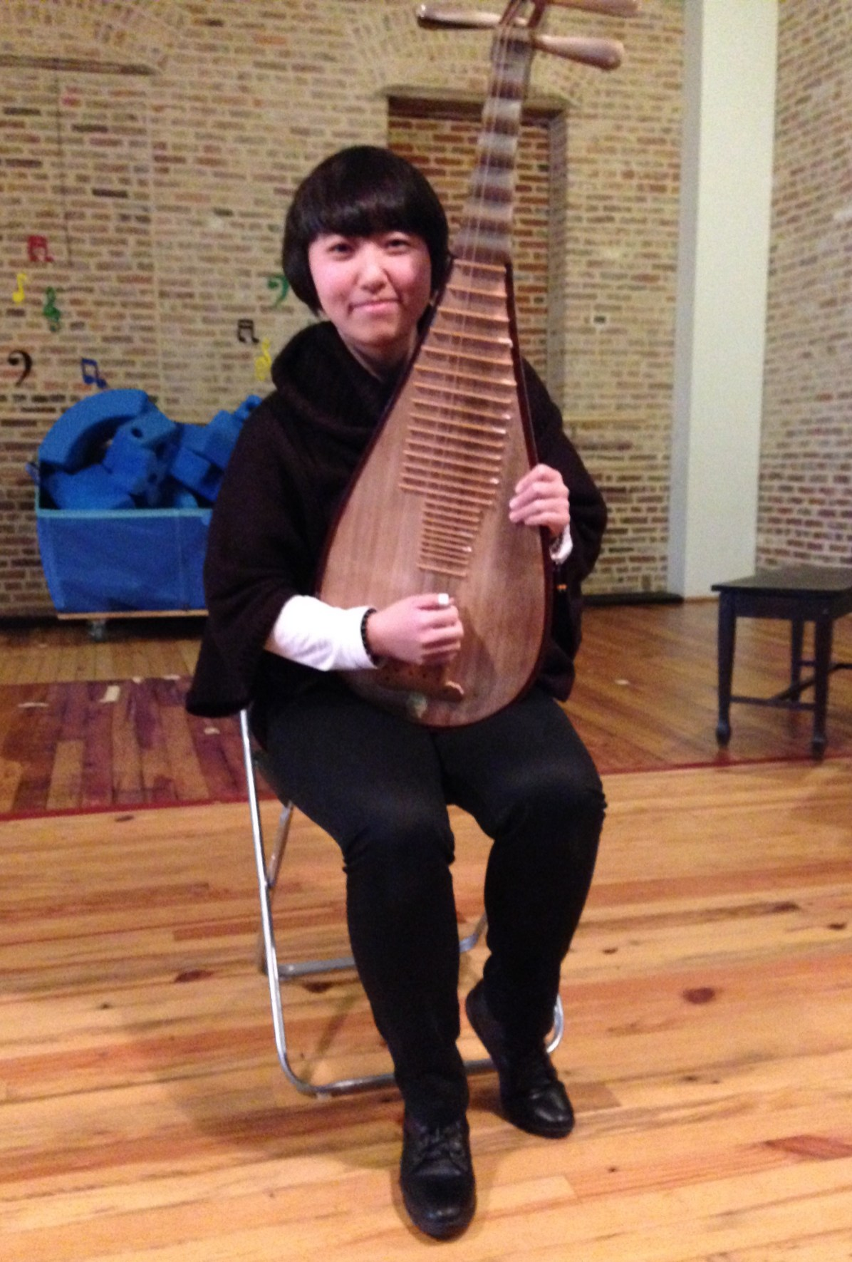 Li Laoshi poses with her pipa just before the concert began.