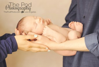 parents-holidng-newborn-baby-in-hands