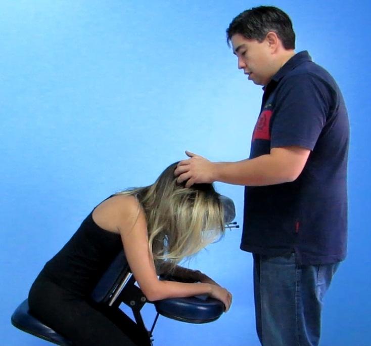 Massagem na cadeira – fazendo massagem no couro cabeludo