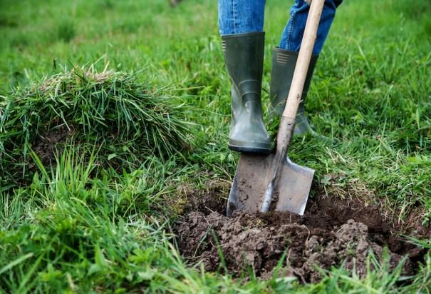 Creuser un trou dans le jardin