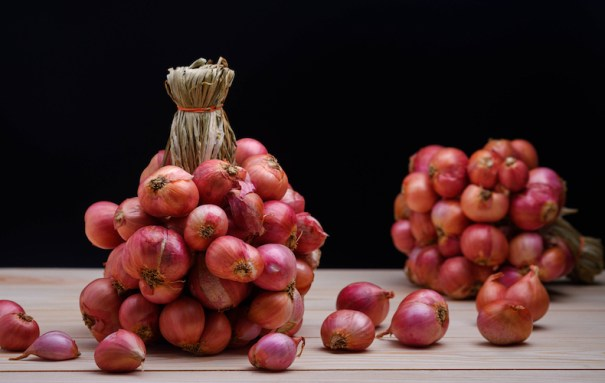 Plaited and displayed shallots on kitchen table