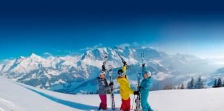 Adelboden: Skifahrer mit Bergpanorama