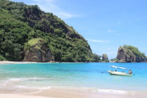 Pantai Koka di Maumere via lantunanhati.wordpress.com