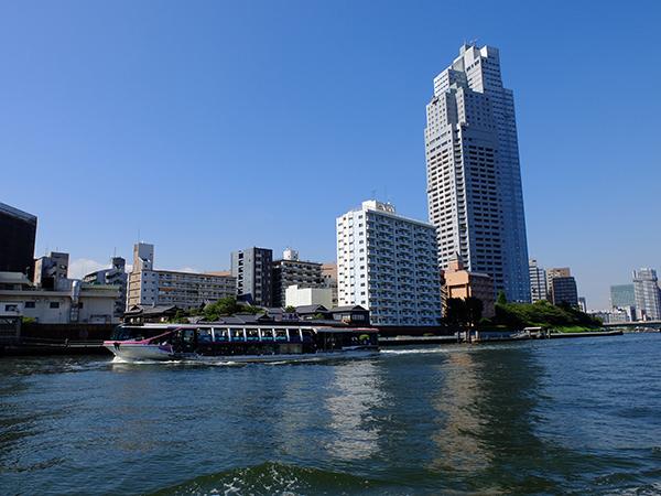 築地を過ぎると聖路加タワーが見えてくる。 photo:H.Miyazaki