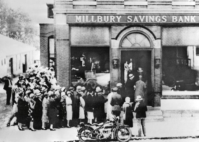 Customers queue to take money out of an American bank, 1928.[fortressgoldgroup.com]