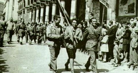 Partigiani sfilano per le strade di Milano