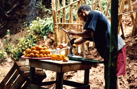 Cascades -D'Ouzoud-Watefalls-Man-Squeezing-Oranges