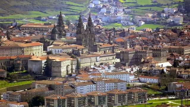 Kota kuno Santiago de Compostela dari udara (foto dari Turismo de Santiago)