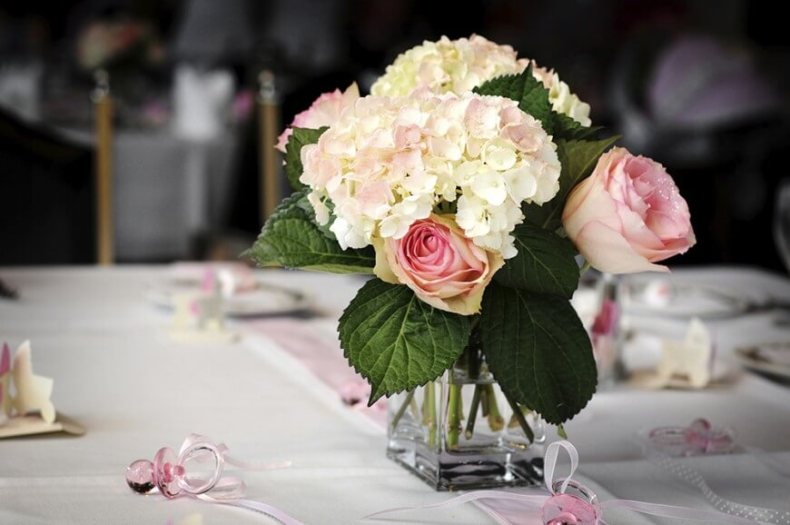 Arranging-Hydrangea-as-the-Centerpiece-Table-Arrangement
