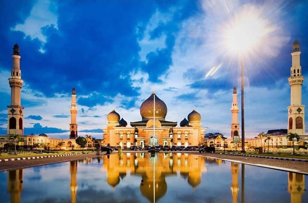 An-Nur Great Mosque is a mosque located in Pekanbaru, Riau, Indonesia.