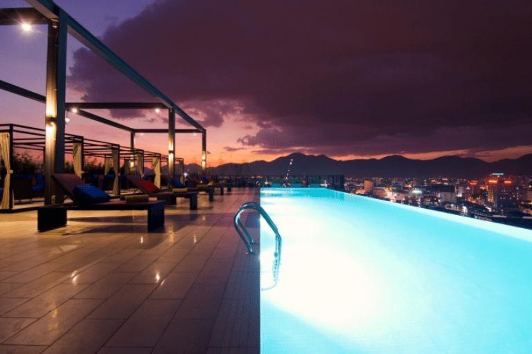Kolam renang Weil Hotel di suasana malam