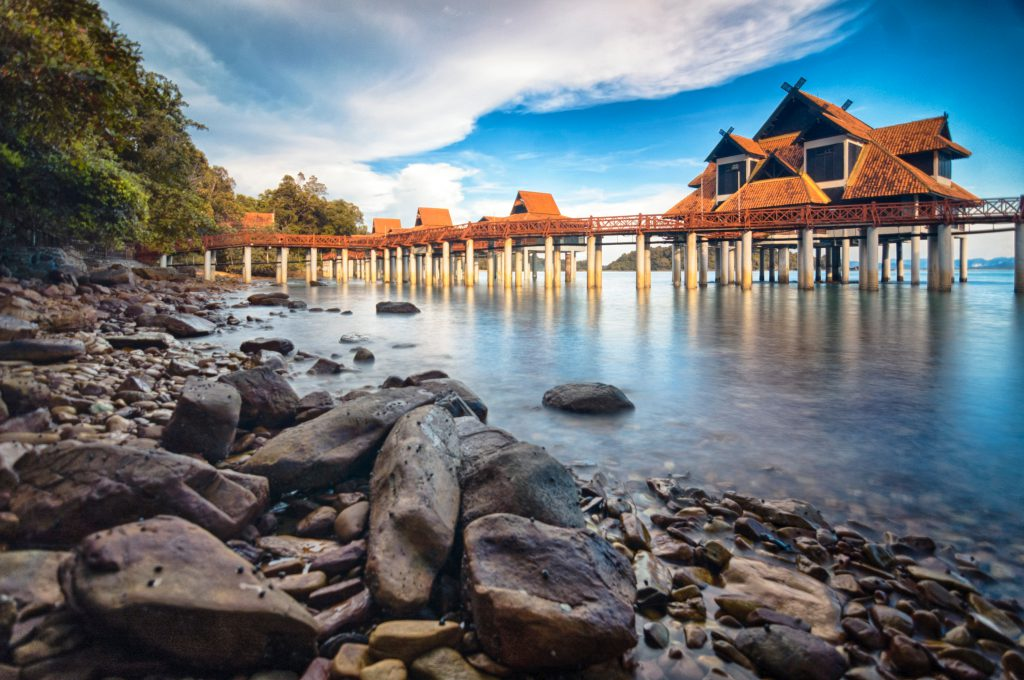 Resort yang dipacakkan atas permukaan air laut