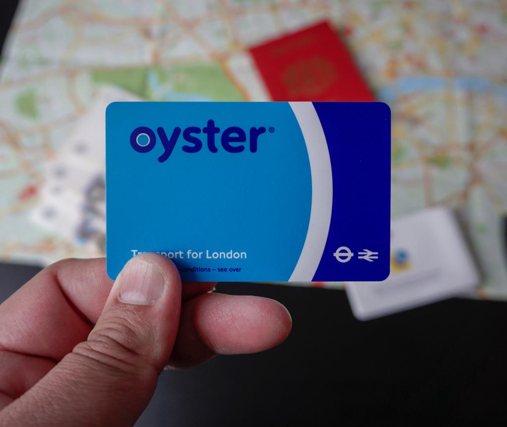 Oyster card boleh diisi dengan wang untuk jimatkan perjalanan anda