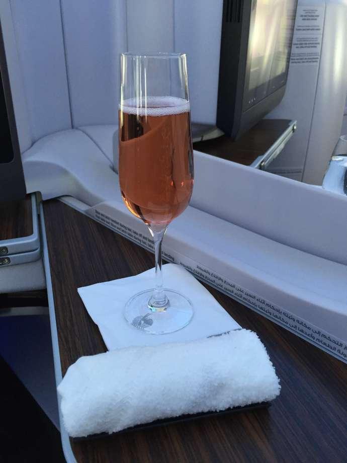 起飛前會先送上毛巾及飲品,如同前一班,走道服務員以及座艙長均一一來問候
