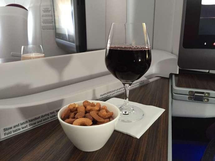 起飛後先送上堅果及餐前飲料