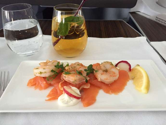 鮮蝦鮭魚冷盤,配上杯以蘋果汁為基底的偽調酒