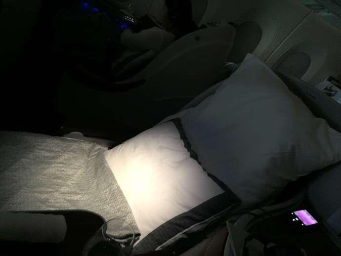 用完餐點趕快請空姐來鋪床,另外會給床墊喔! 十四個小時的航程,如果沒有睡到七八個小時,我還真不知道要怎麼度過(快去跟Randy討教)