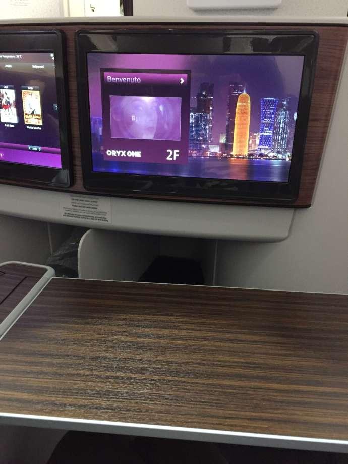 餐桌拉來出來很夠用,另外機上娛樂系統也不錯,亞洲片的選項比Etihad多,大部分外語片也備有中文字幕