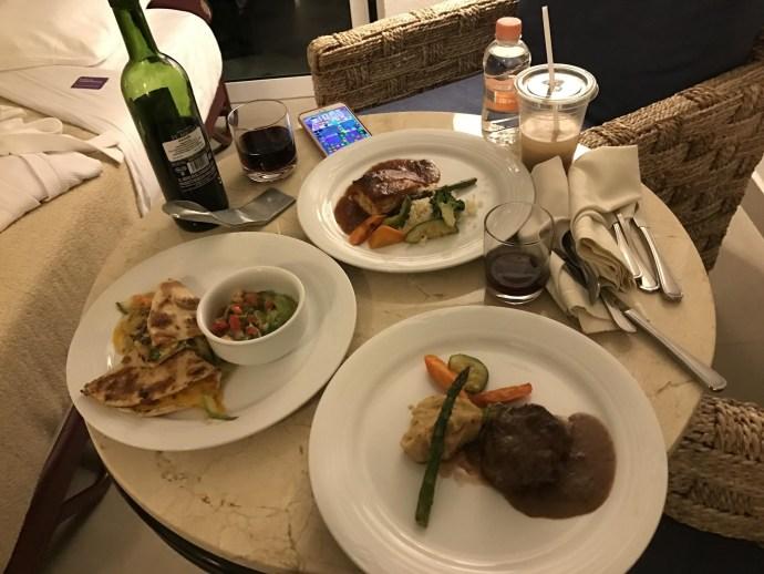 晚上餓了就叫Room Service來吃~~天堂啊~~