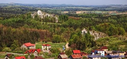 Podzamcze - Zamek Ogrodzieniec - w oddali Góra Birów