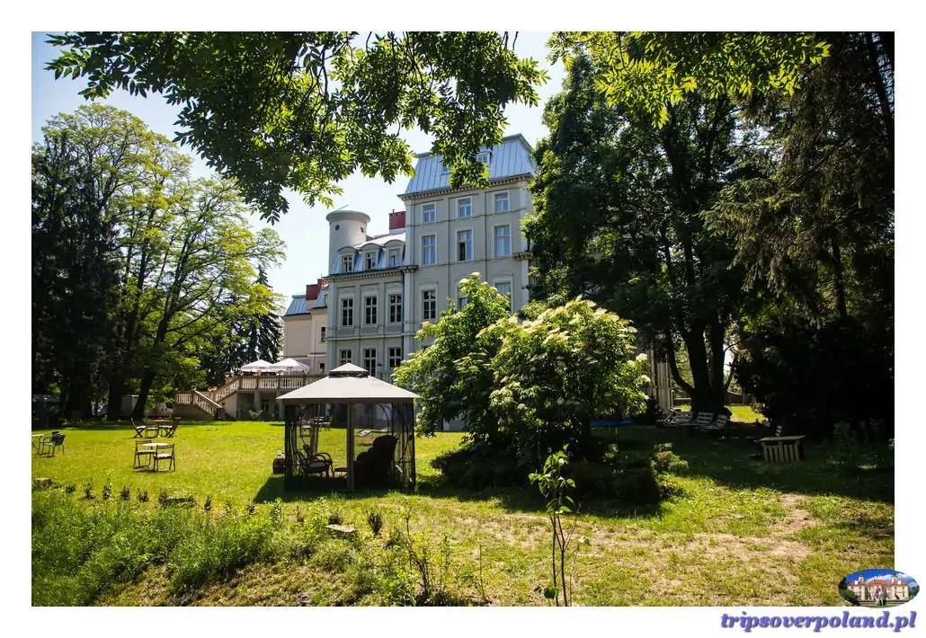 Pałac Malina - wwidok od strony parku i stawu