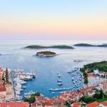 Uitzicht over Hvar met zicht op boten, huizen en de Middellandse Zee