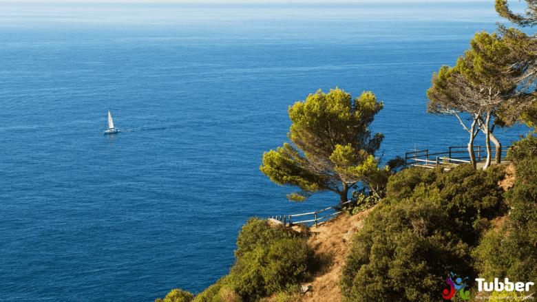 Zeilboot vaart de vaarroute langs de oostkust van Spanje