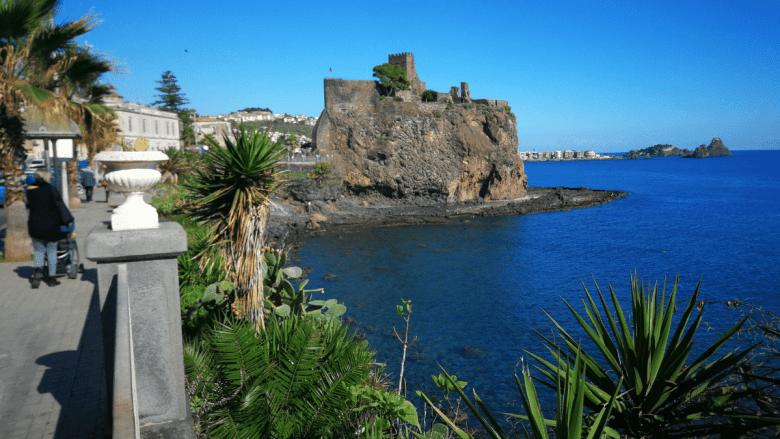 Boulevard langs de kust van Sicilië