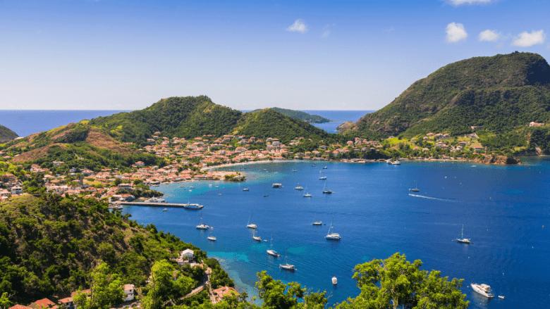 Uitzicht vanaf heuvel over Baie des Saintes in Guadeloupe